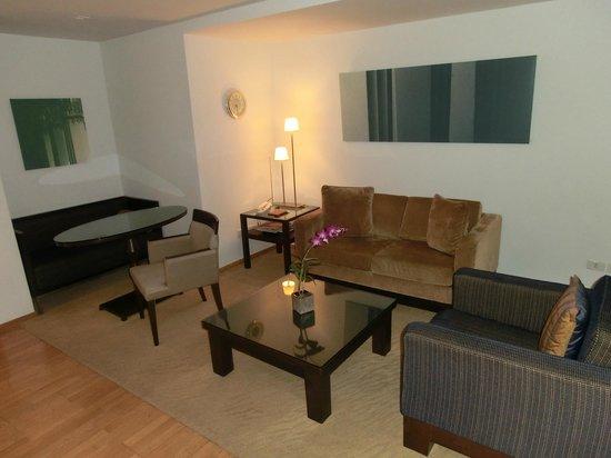 Tower Club at Lebua : Lounge im Zimmer