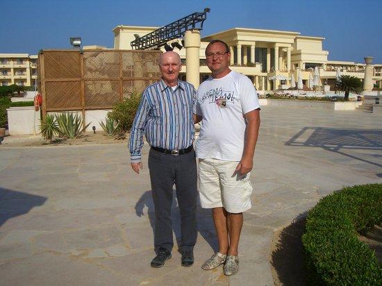 Sheraton Soma Bay Resort: Я вместе с генеральным директором на фоне центрального корпуса.