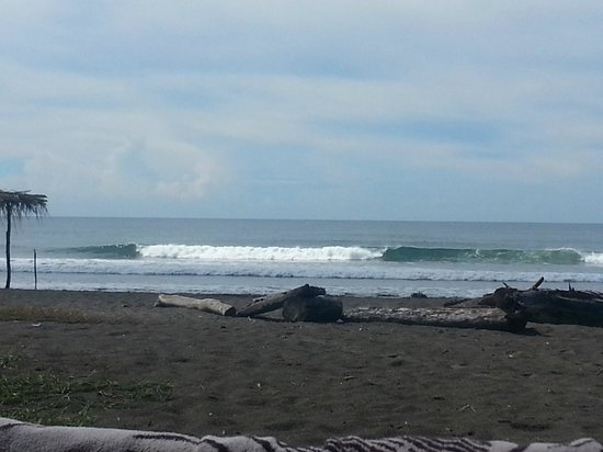 Rise Up Surf Tours Nicaragua : Beach break right out front of the camp