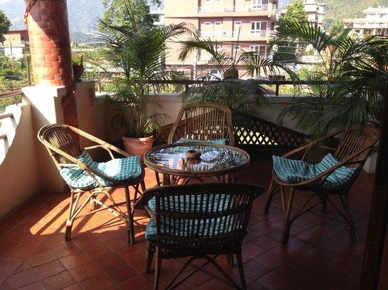 Vardan Resort n' Apartment: public hang out room on second floor