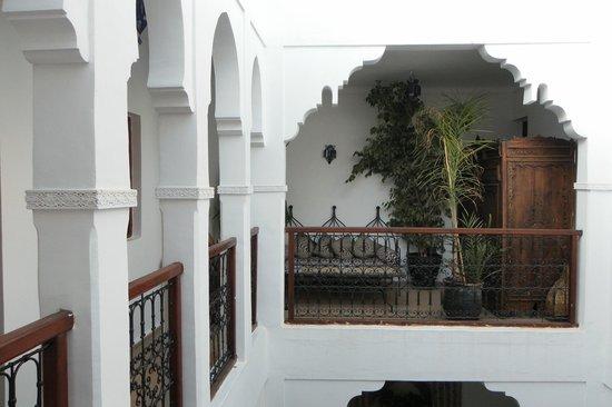 Riad Les Jardins Mandaline : salon à côté de la chambre