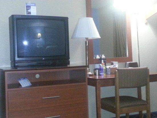 Super 8 Massena NY : tv in the room