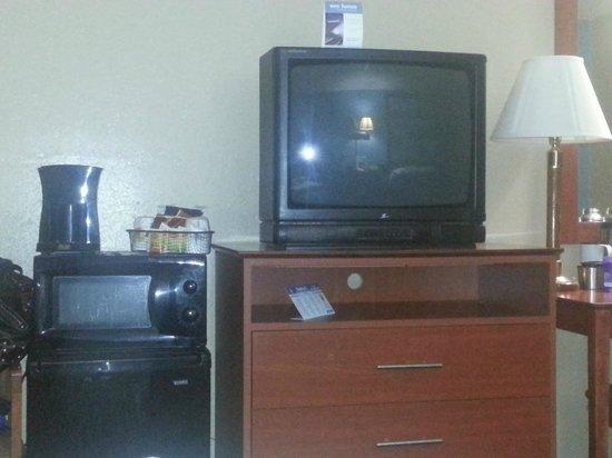 Super 8 Massena NY : tv and microwave