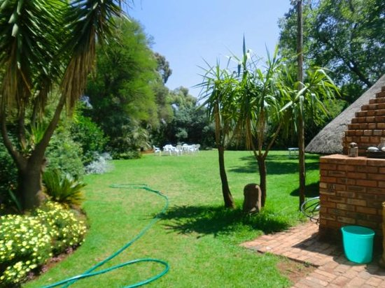 Blue Mango Lodge: Lovely garden full of niches and private spaces!