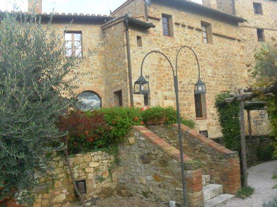 Hotel Palazzo del Capitano Exclusive Wellness & Relais: Ponticello che porta in giardino