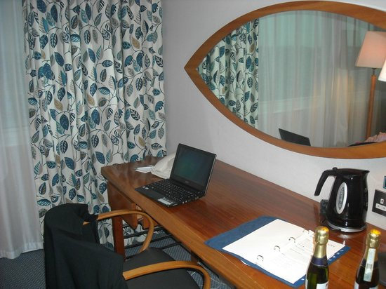 Radisson Blu Hotel, Manchester Airport : Desk with 'Swedish' decor