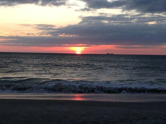 South Seas Island Resort : Day 3 Sunset on beach