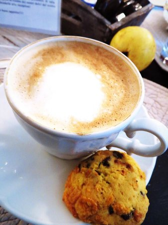 Vivaldi Luxury Rooms: Cappuccino and Homemade Scone!
