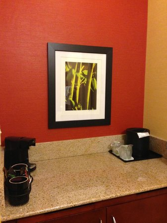 Courtyard  by Marriott Phoenix Camelback: coffee maker
