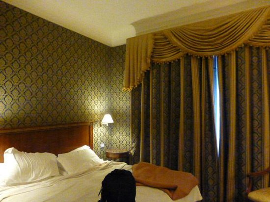 Hotel Monna Lisa: Room with bedspread removed