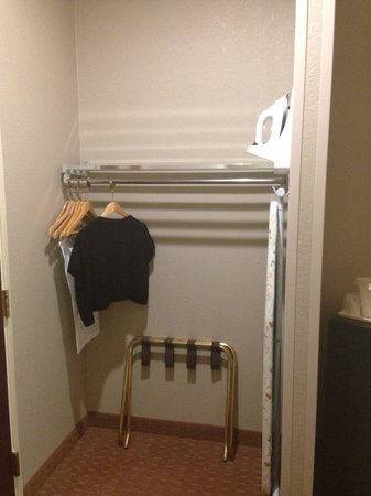Comfort Inn: Small closet area near the door