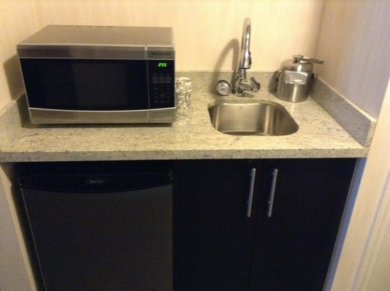 BEST WESTERN PREMIER C Hotel By Carmen's : Sink/Mini fridge/Microwave
