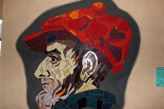 """Hundertwasser-Wohnhaus """"Wohnen unterm Regenturm"""": """"Der Schöpfer"""" an einer Wand im Zugang zur Anlage"""