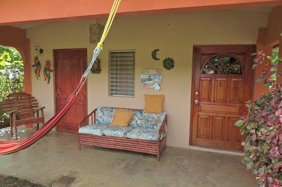 patio aan de voorkant van Hostal Beiro