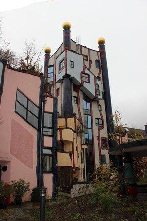"""Hundertwasser-Wohnhaus """"Wohnen unterm Regenturm"""": Blick auf den Turm"""
