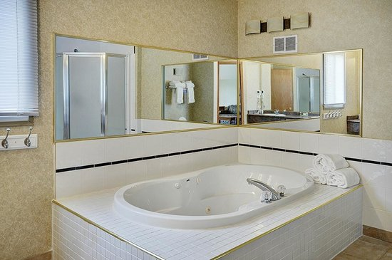 Lakeview Inn & Suites Hinton: Hinton - Honeymoon Suite (SNK4) (3)