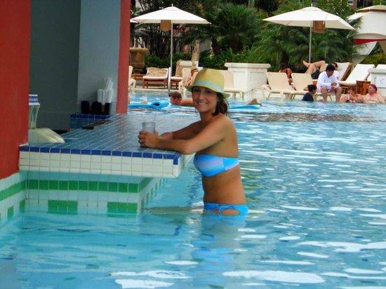 Sandals Grande Antigua Resort & Spa: Swim up bar at the Med pool