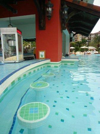 Sandals Grande Antigua Resort & Spa: Med pool swim up bar
