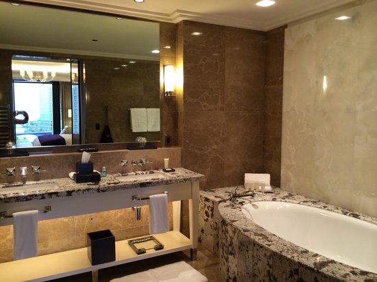 Travelle Kitchen + Bar: Bathroom