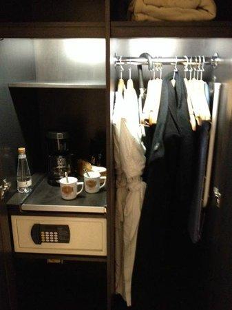 Hotel Le Priori : intérieur du garde robe avec coffret de sureté ect