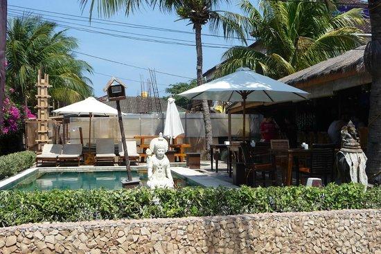 Pesona Beach Resort & Spa : Pool von der Straße