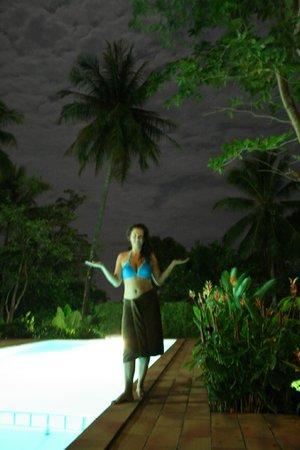 Kata Mountain Inn: Бассейн ночью без вспышки :)