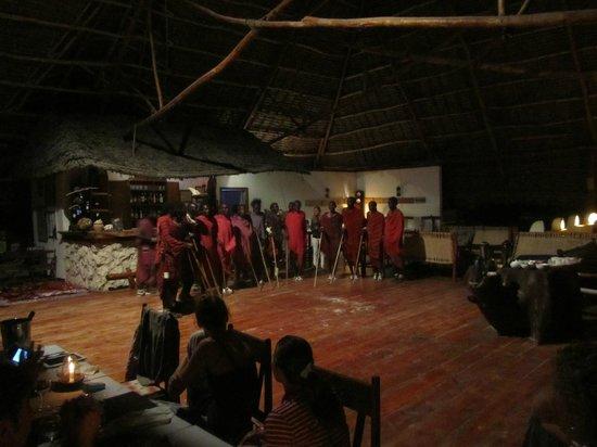 Hakuna Majiwe Beach Lodge: Serata masai