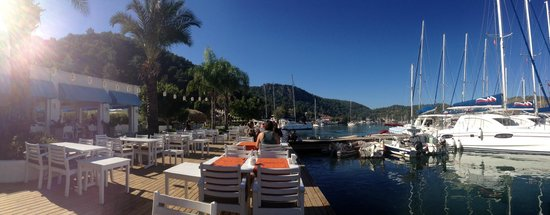 Yacht Classic Hotel: Breakfast by the marina