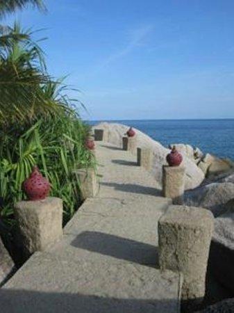 Jamahkiri Resort & Spa: walkway to sea