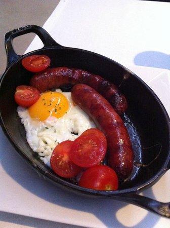 PBox Eatery : λουκανικα και αυγα.........