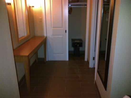 DoubleTree Suites by Hilton Orlando - Disney Springs Area : Closet/Dressing area