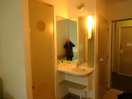 Ibis Budget Roissy CDG Paris Nord 2: Quick view of the shower and the sink