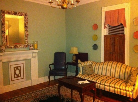 Colonel's Cottage Inns: Lounge
