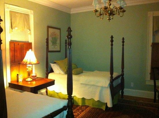 Colonel's Cottage Inns: Bedroom