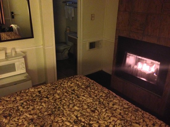 Blue Lagoon Inn: All rooms have a fireplace.