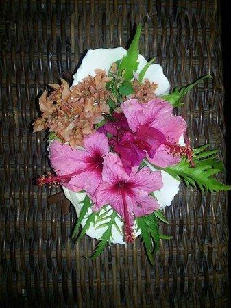 Mana Island Resort : flowers in the room