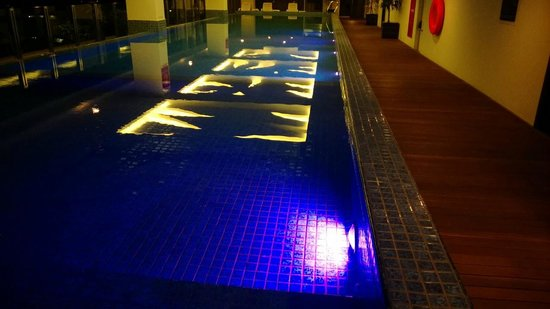 The Alana Surabaya: Awesome pool lighting