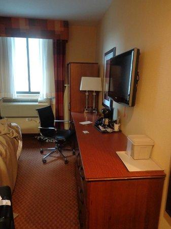 Sleep Inn - Long Island City: TV and desk