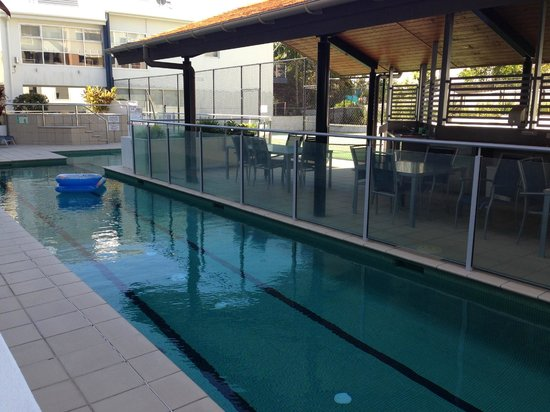 Coolum Seaside Resort: Pool and bbq area