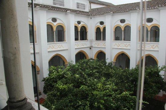 Pousada Convento de Évora : Courtyard adjacent to rooms and dinning area