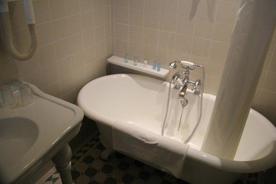 Pousada Convento de Évora : Deep, claw foot tub offers a relaxing bath