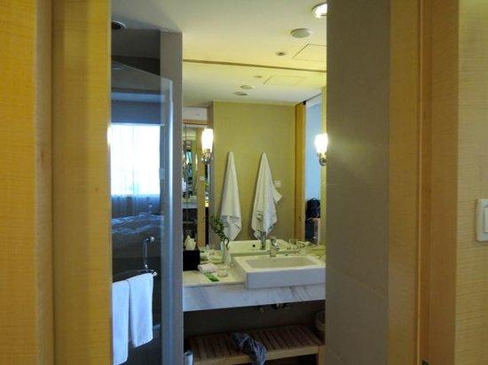 Holiday Inn Beijing Deshengmen: バスルームは2方向から入れます