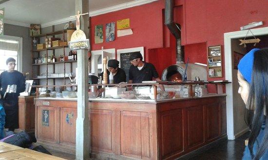 Pizzeria Mesita Grande: Mesón de trabajo