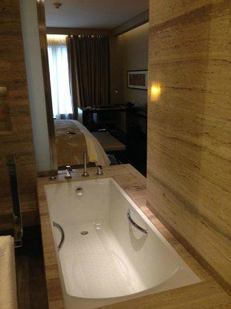 JW Marriott Hotel New Delhi Aerocity: Tub