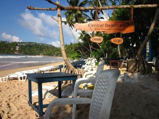 Central Beach Inn: Beachfront dining