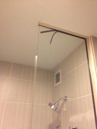 aloft Philadelphia Airport: Shower wear & tear