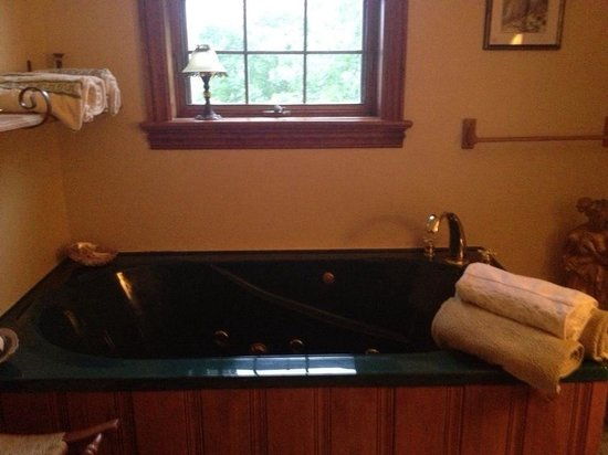 Stanyar House Bed and Breakfast: Jacuzzi tub :)