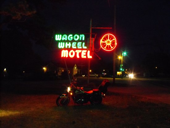 Wagon Wheel Motel: neon sign