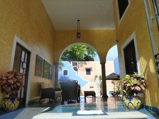 Hotel Casa de las Flores Playa del Carmen: Entrée - réception à droite