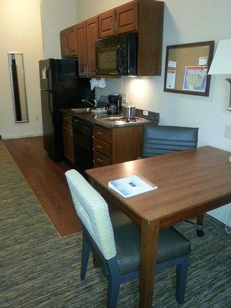 Candlewood Suites Virginia Beach / Norfolk: Work desk and Kitchen